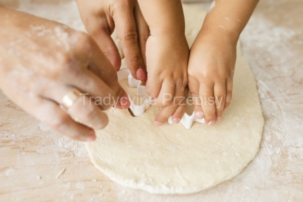 ciastka-wycinanie-foremka